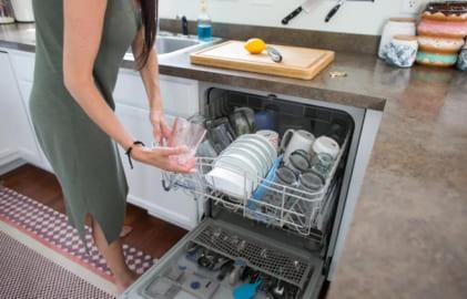 rửa bát bằng máy mà không bị nhờn